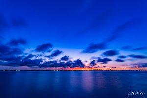 夜明けの空と流れる雲