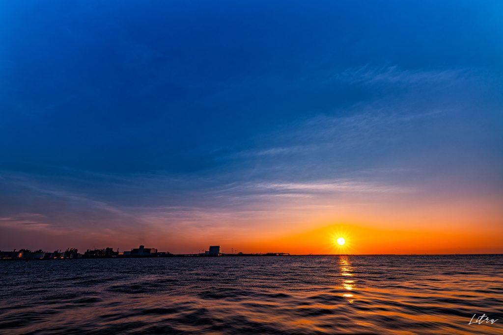 朝焼けの空と海