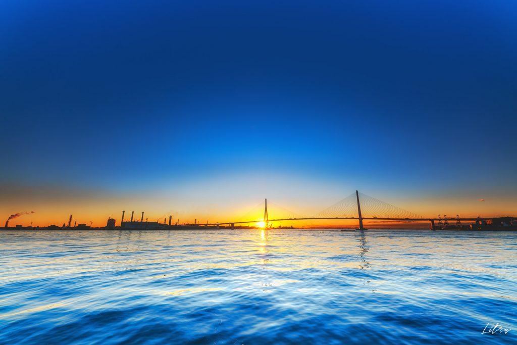 鶴見つばさ橋と朝日