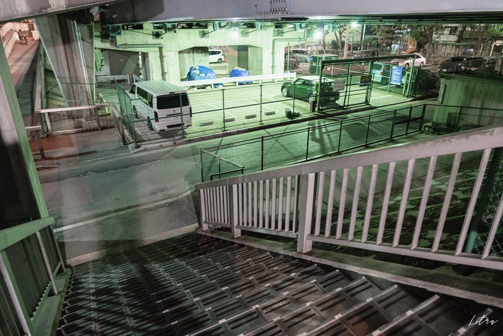 南北を行き来できる階段(南側)