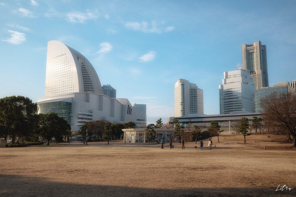 芝生の広場とヨコハマ グランド インターコンチネンタル ホテル、横浜ランドマークタワー