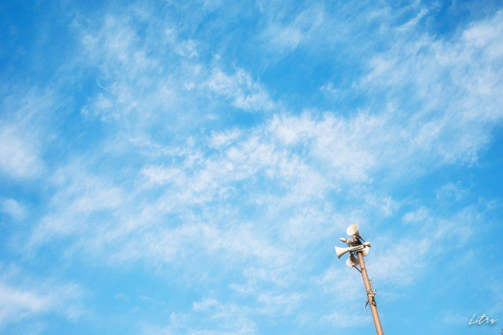 青い空と防災スピーカー
