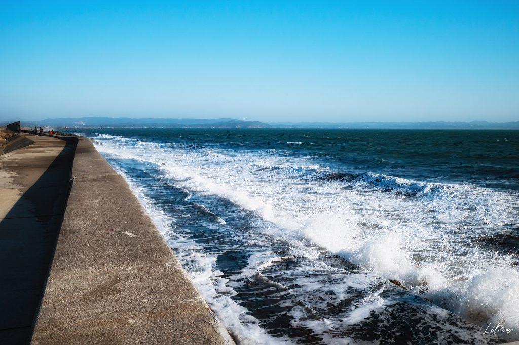 防波堤に打ちつける波
