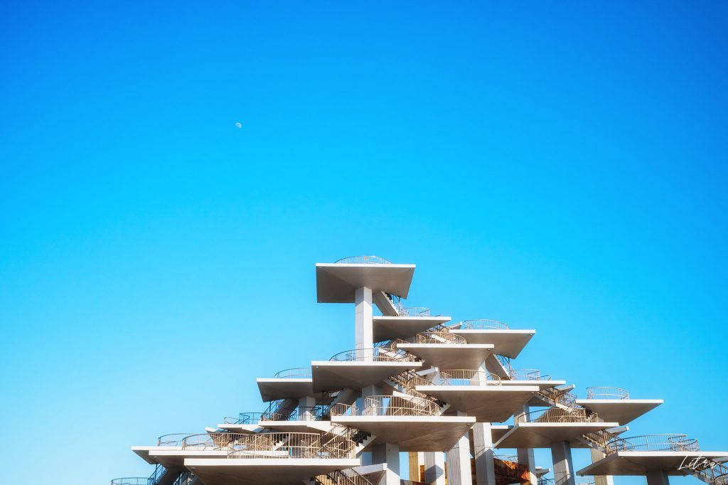 月と明治百年記念展望塔