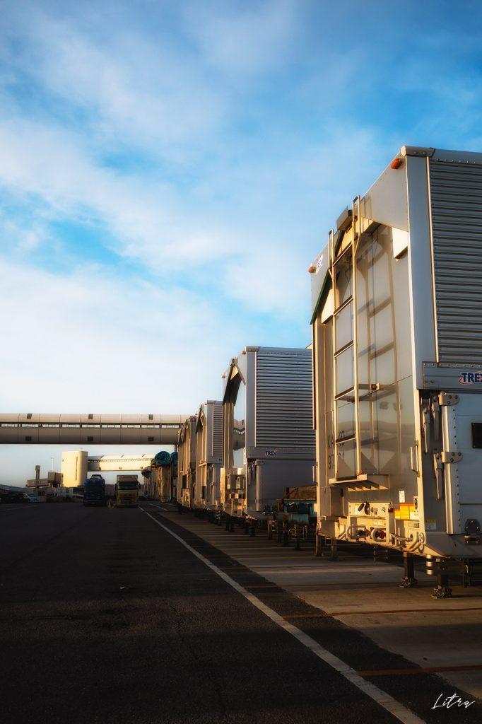 青空とトラックのコンテナ
