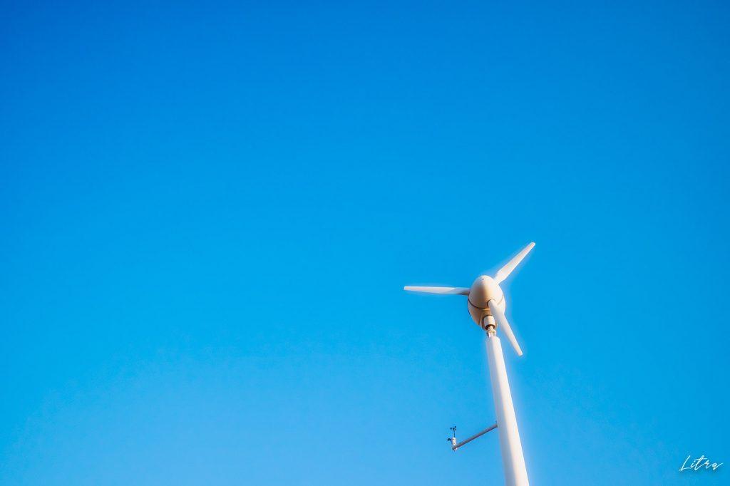 青い空と風力発電機