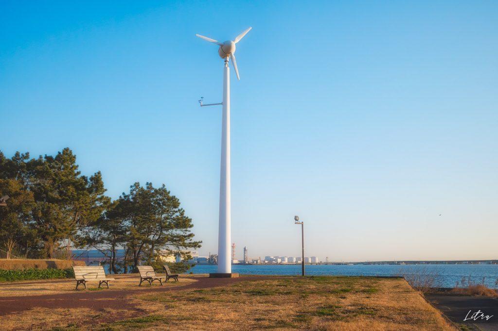高台と風力発電機